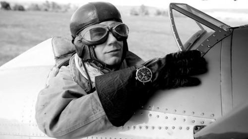 Aviador con un reloj cronógrafo