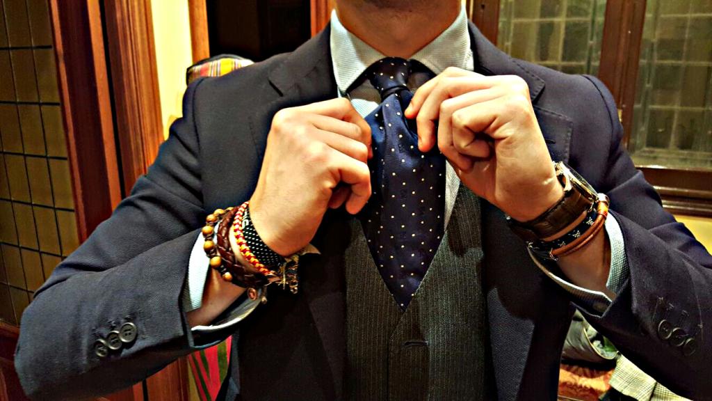 Combina las pulseras con la corbata