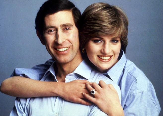 El príncipe Carlos y Lady Di con el anillo de compromiso