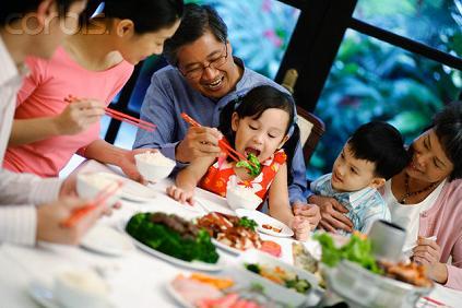 Familia cenando para celebrar el año nuevo chino